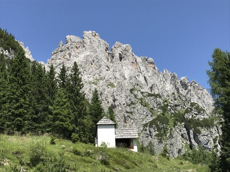 La chiesetta sopra il Rifugio De Gasperi